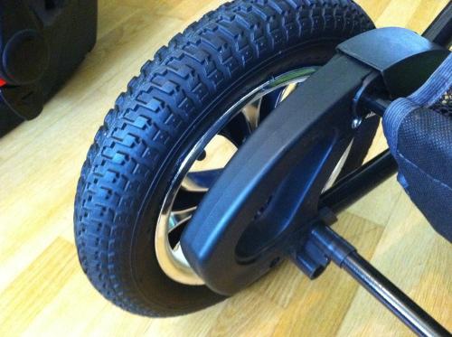 Praktiska handtag intill hjulen, både fram och bak