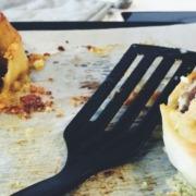 Blandfärsbollar i pizzadeg med vitlökssmör